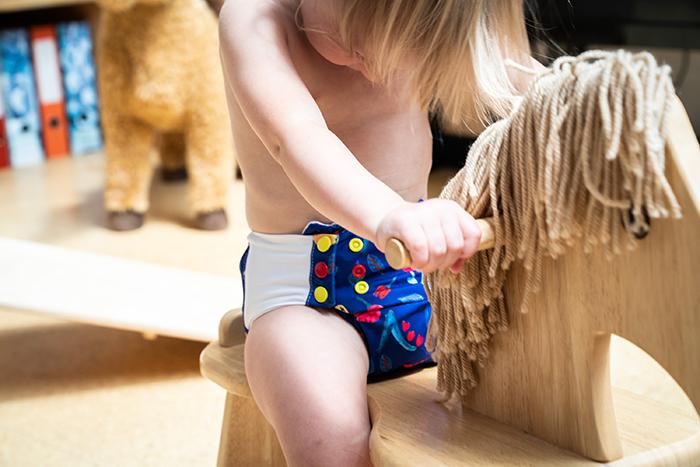Unsere Pocketwindeln garantieren kein Verrutschen. Außen atmungsaktiver PUL und innen Baumwollfrottee (GOTS) für ein trockenes und angenehmens Hautgefühl. Die All in One Pull-up wird alle begeistern, die auf ein schnelles und unkompliziertes An- und Ausziehen Wert legen.